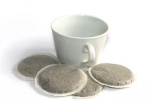 Kaffeepads um eine Kaffeetasse herum