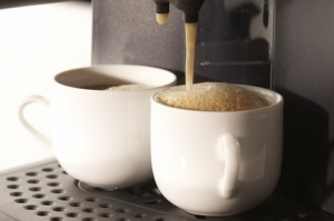 Zwei Becher mit leckerem Milchkaffee für Kaffeefans