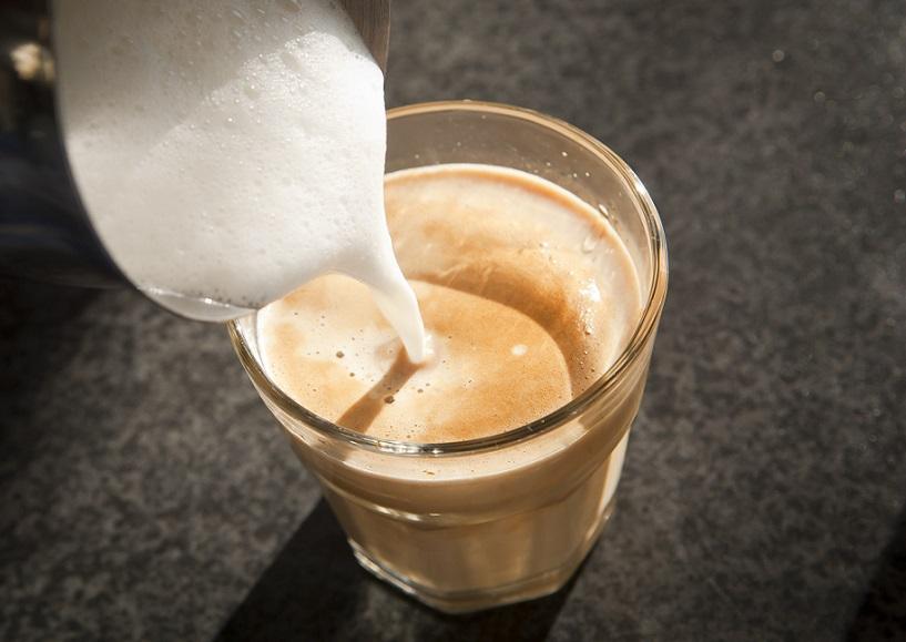 Ein Latte Macchiato bei der Zubereitung